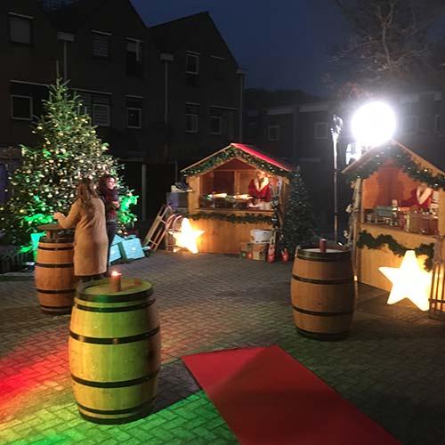 Kerstborrel organiseren houten huisjes decoratie