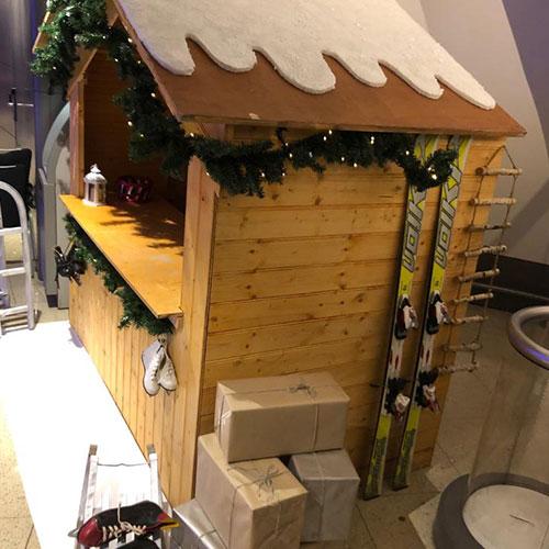 Winter decoratie houten huisje en aankleding